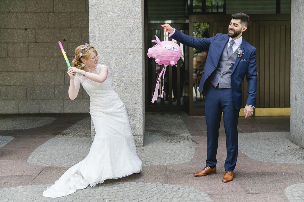 lustiges Hochzeitsmotiv: Braut und Bräutigam mit einer Pinata | Foto: Hanna Witte