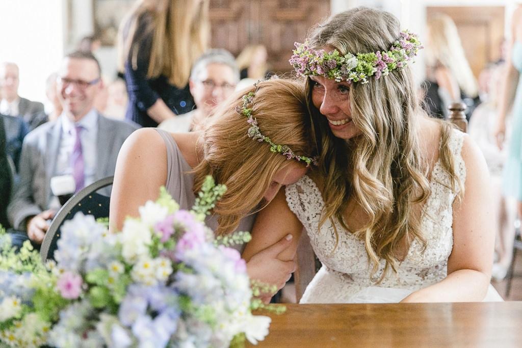 emotionales Hochzeitsmotiv bei der Trauung: Die Braut und ihre Trauzeugin weinen | Foto: Hanna Witte