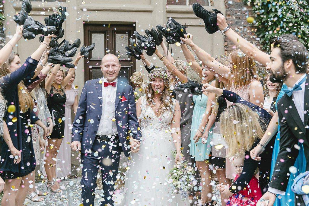 die Hochzeitsgäste stehen nach der Trauung Spalier und werfen Konfetti | Foto: Hanna Witte