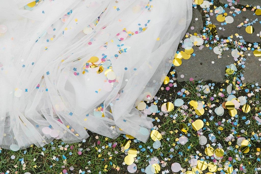 kreatives Hochzeitsmotiv: Buntes Konfetti auf der Schleppe des Brautkleids | Foto: Hanna Witte