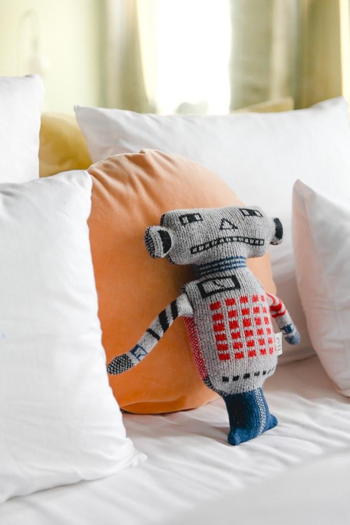 cooles Roboter-Kissen auf einer Couch im stylischen 25hours Hotel The Circle in Köln | Foto: Hanna Witte