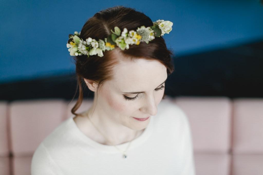 dezentes Brautstyling mit hochgesteckten Haaren und zauberhaftem Blumenkranz | Foto: Hanna Witte
