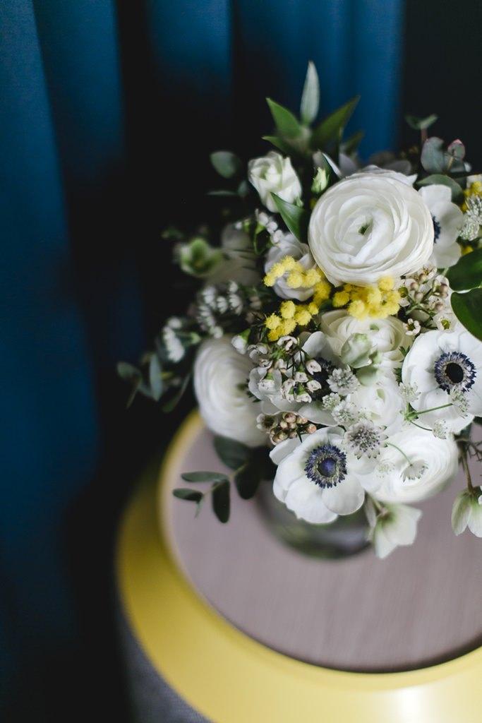 moderner Brautstrauß mit Mimosen, weißen Anemonen und weißen Ranunkeln | Foto: Hanna Witte