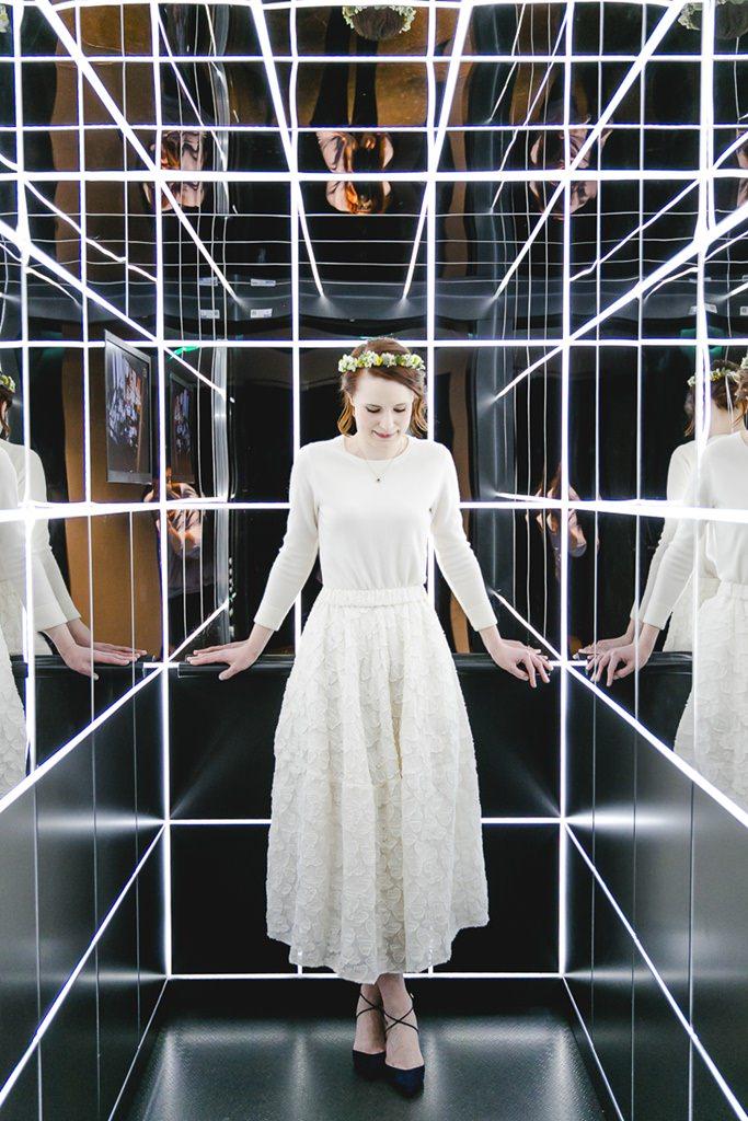 originelles Brautportrait der Braut in einem modernen Aufzug mit Spiegeln und Licht | Foto: Hanna Witte Hochzeitsreportagen Köln