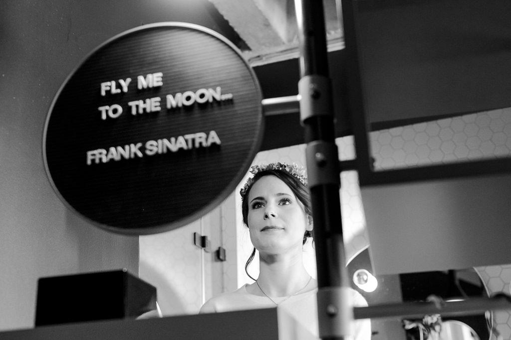 die Braut betrachtet sich nach dem Styling im Spiegel | Foto: Hanna Witte