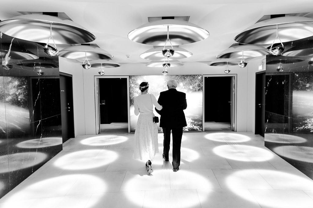 der Brautvater holt die Braut nach dem Getting Ready im Hotel ab | Foto: Hanna Witte