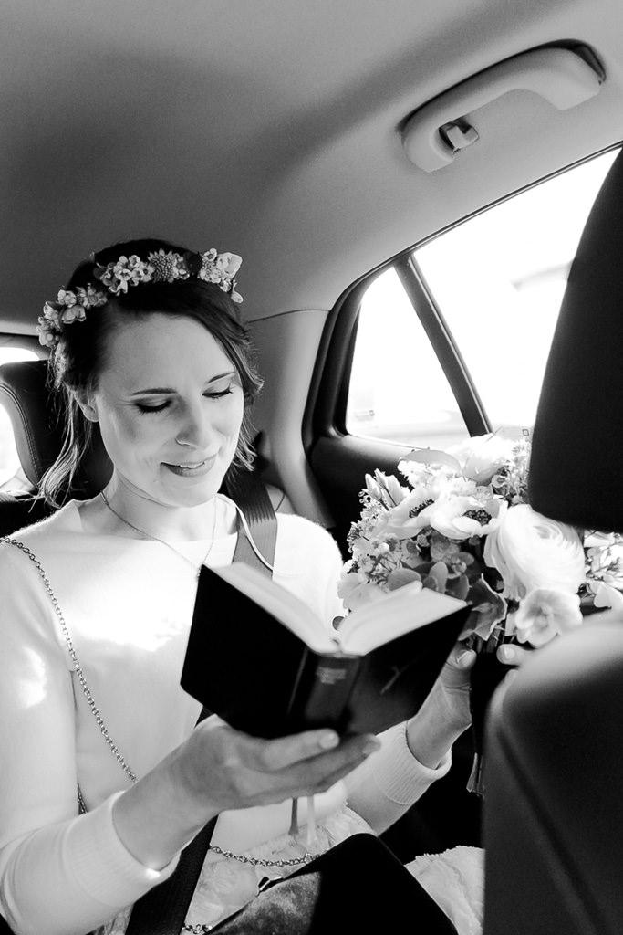 die Braut im Auto auf dem Weg zur Kirche | Foto: Hanna Witte