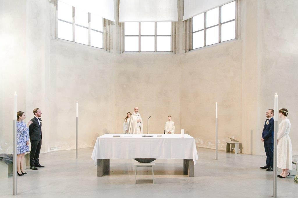 Brautpaar, Trauzeugen und Priester während der kirchlichen Trauung in der Jesuitenkirche St. Peter | Foto: Hanna Witte