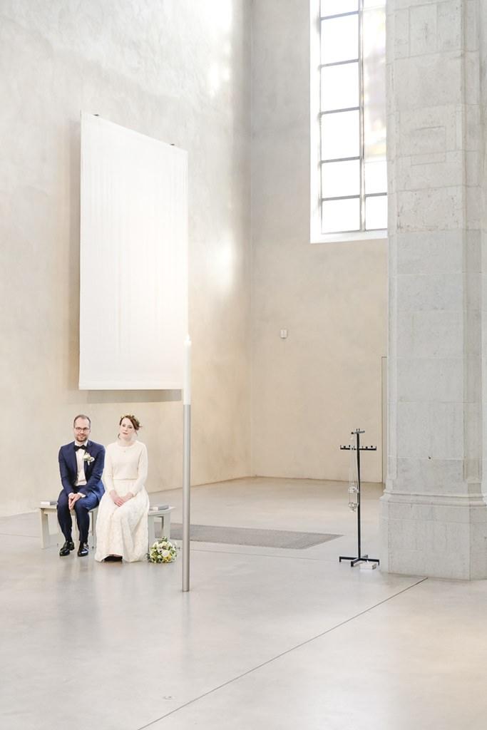 das Brautpaar während der Hochzeit in der Jesuitenkirche St. Peter in Köln | Foto: Hanna Witte