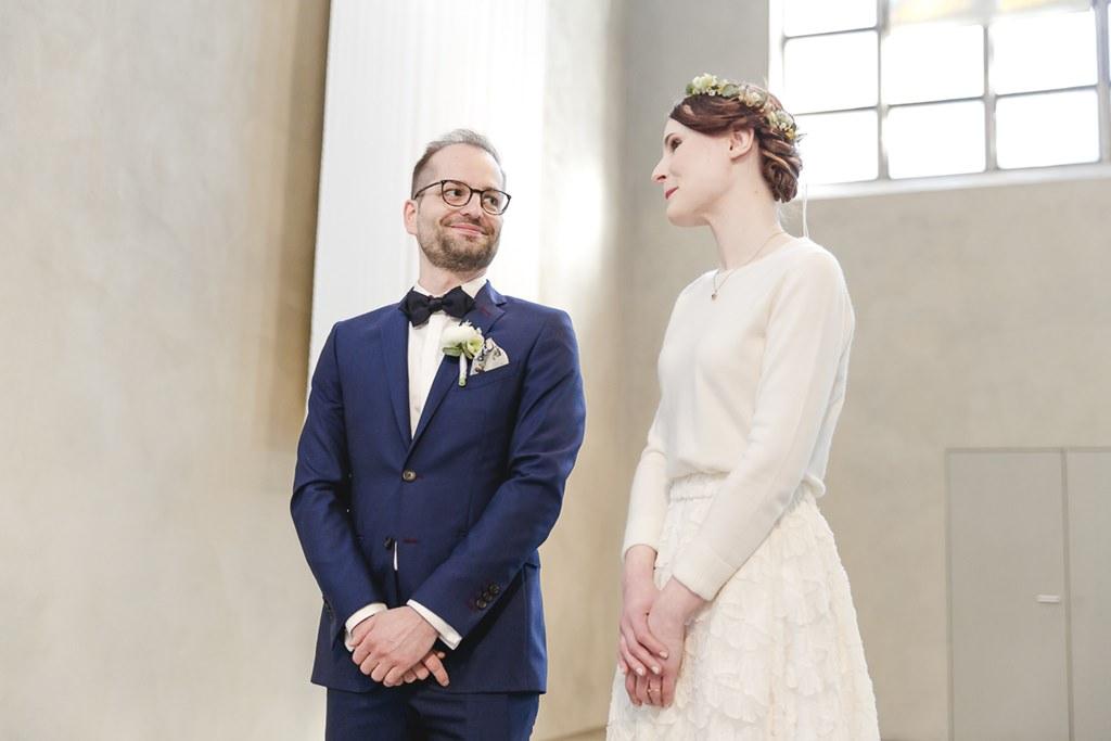 Hochzeitsfoto vom Brautpaar während der kirchlichen Trauung | Foto: Hanna Witte