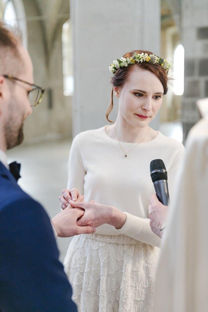 die Braut steckt dem Bräutigam den Ehering an | Foto: Hanna Witte