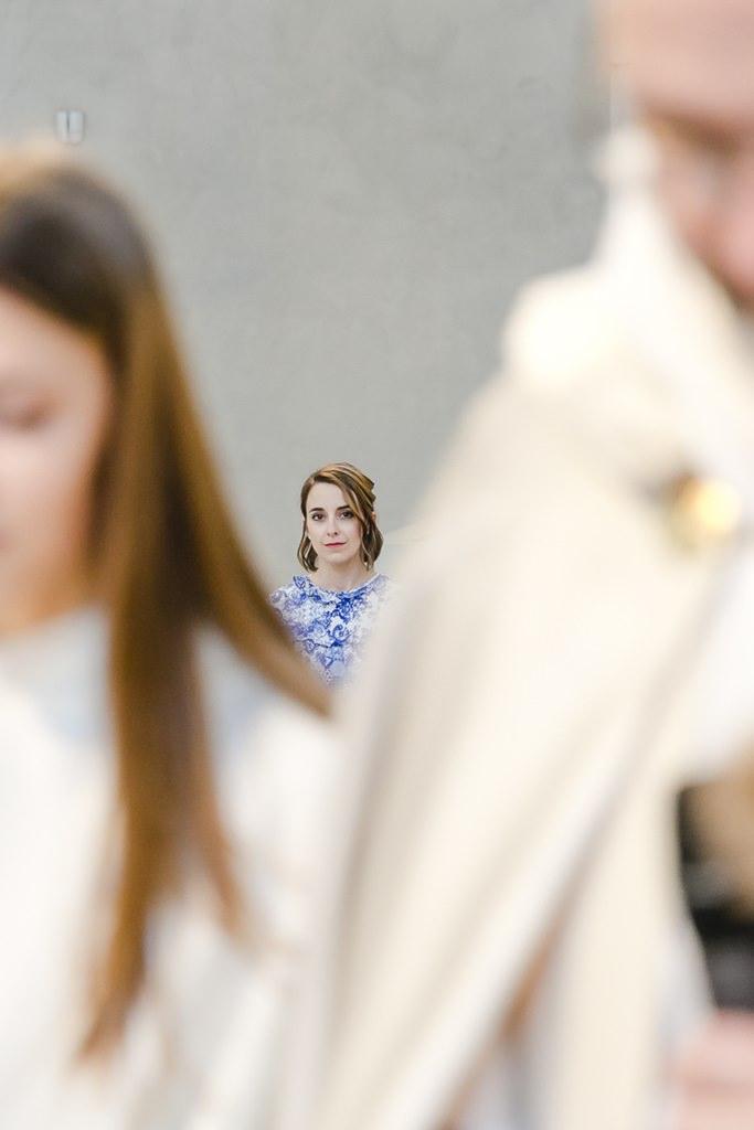 die Trauzeugin verfolgt gebannt die Trauung | Foto: Hanna Witte