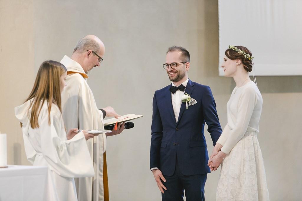 das Brautpaar erhält den Segen des Priesters | Foto: Hanna Witte