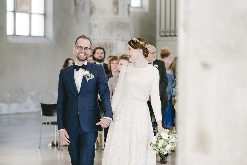 das Brautpaar verlässt nach der Trauzeremonie freudestrahlend die Kirche | Foto: Hanna Witte