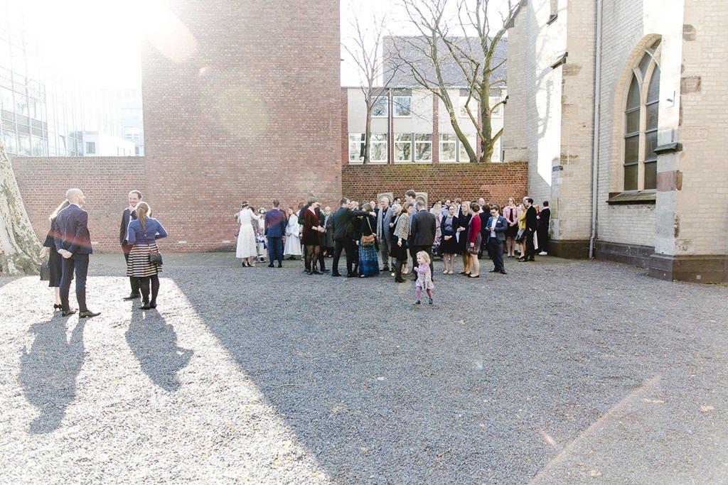 die Hochzeitsgäste stehen nach der Trauung vor der Kirche | Foto: Hanna Witte
