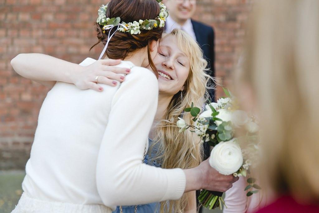 die Braut umarmt einen weiblichen Hochzeitsgast | Foto: Hanna Witte