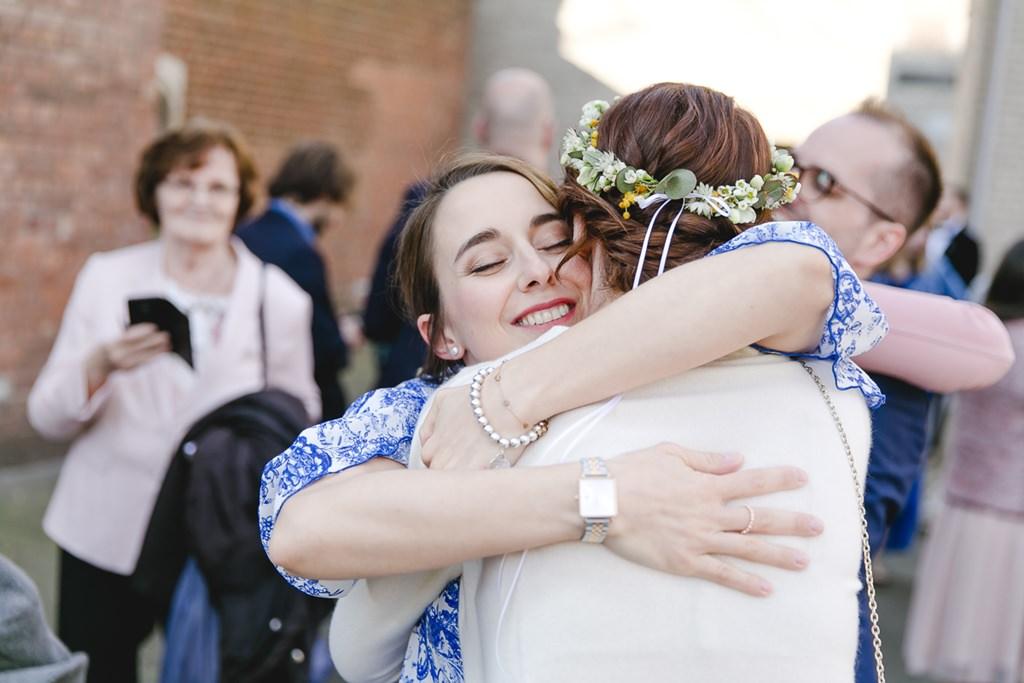 die Braut wird nach der Trauung von ihrer Trauzeugin umarmt | Foto: Hanna Witte
