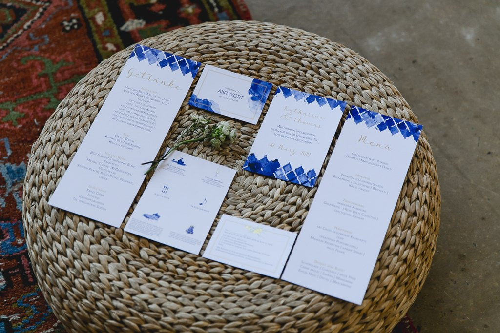 schlichte Hochzeitspapeterie mit einem Muster in Majorelle Blau | Foto: Hanna Witte