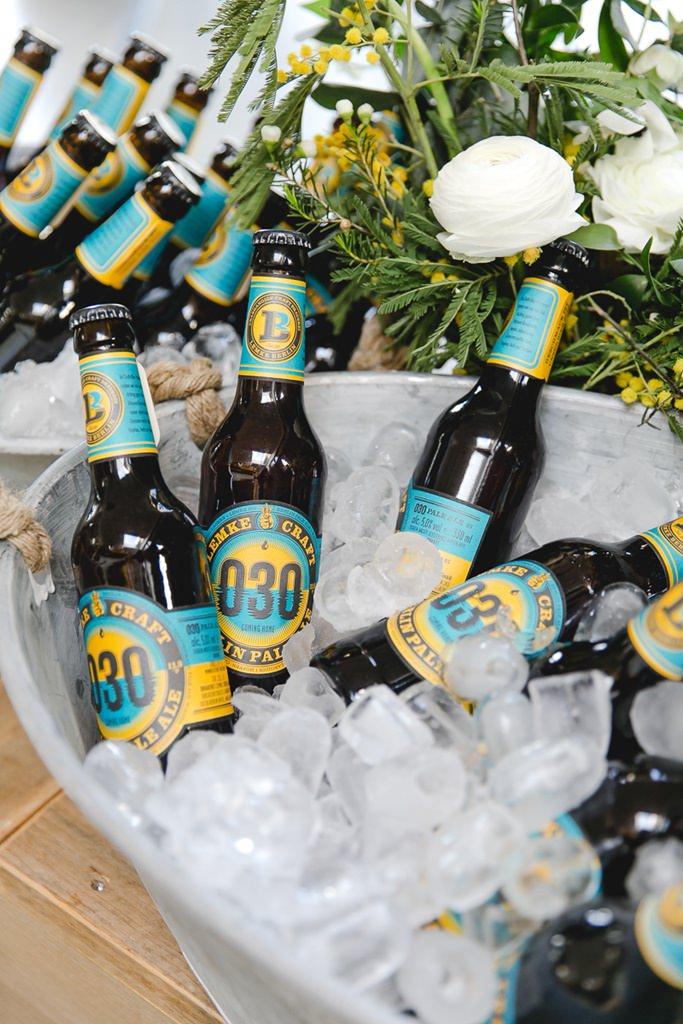 Pale Ale Bierflaschen werden mit Eiswürfeln in einer Wanne gekühlt | Foto: Hanna Witte