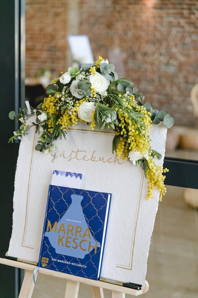 orientalisch inspiriertes Gästebuch und hübsche Blumendeko bei einer urbanen Hochzeit | Foto: Hanna Witte