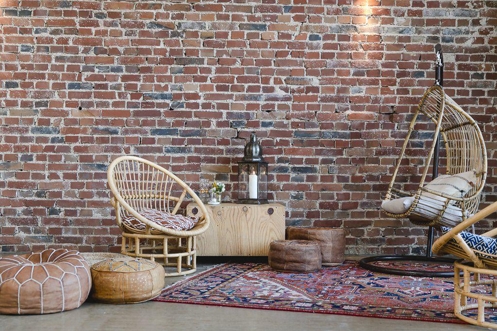Boho-Stil Sitzecke mit Rattanmöbeln, Teppichen und Leder-Poufs | Foto: Hanna Witte