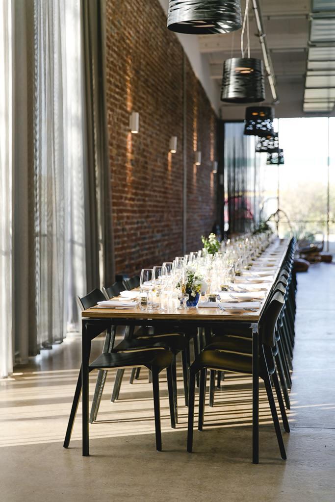 gedeckte Hochzeitstafel in der urbanen Eventlocation DEINspeisesalon | Foto: Hanna Witte