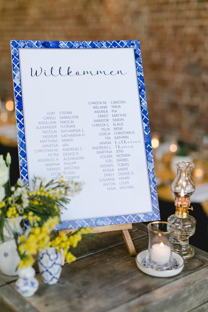 Hochzeits-Willkommensschild mit blau-weiß gemustertem Rand | Foto: Hanna Witte