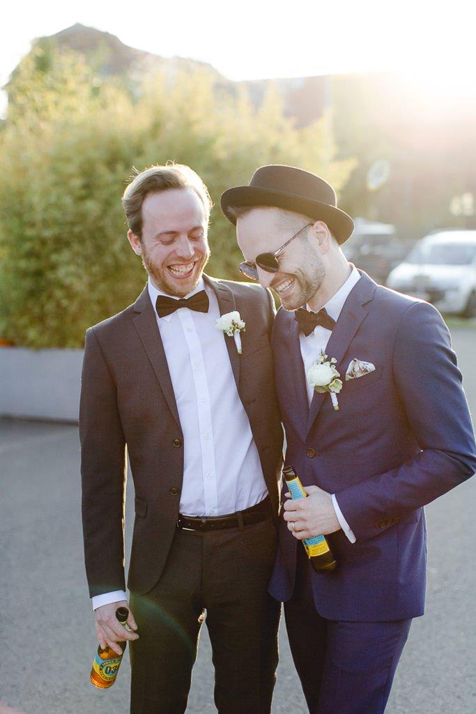 der Bräutigam steht neben seinem Trauzeugen | Foto: Hanna Witte Hochzeitsreportagen