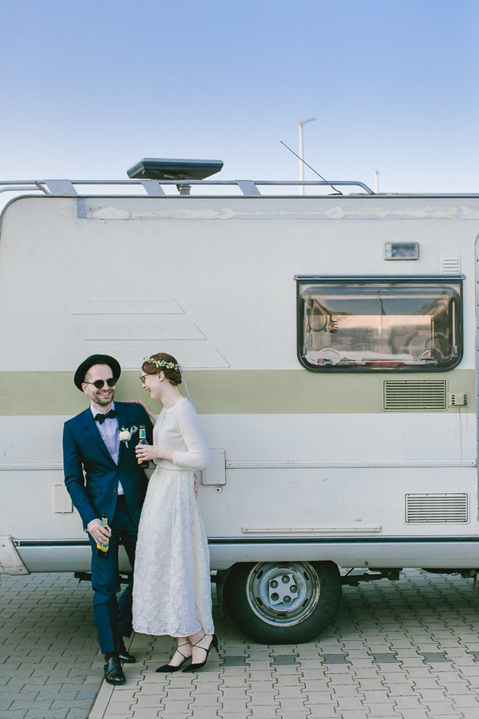 Braut und Bräutigam stehen vor einem Wohnwagen | Foto: Hanna Witte Hochzeitsreportagen