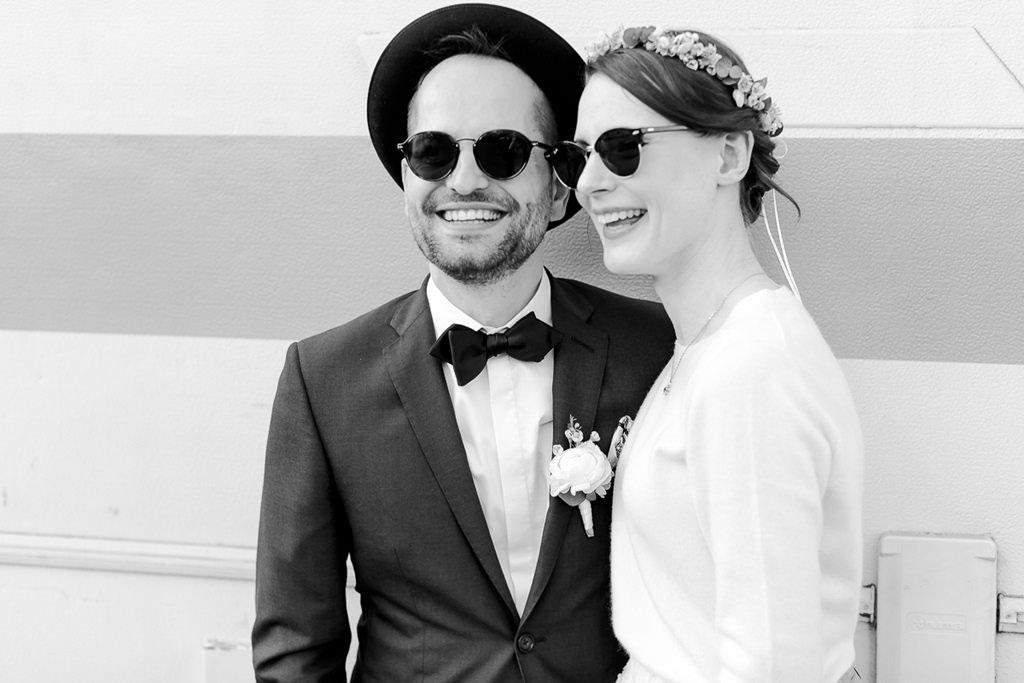 lässiges Paarfoto von Braut und Bräutigam mit Sonnenbrillen | Foto: Hanna Witte Hochzeitsreportagen