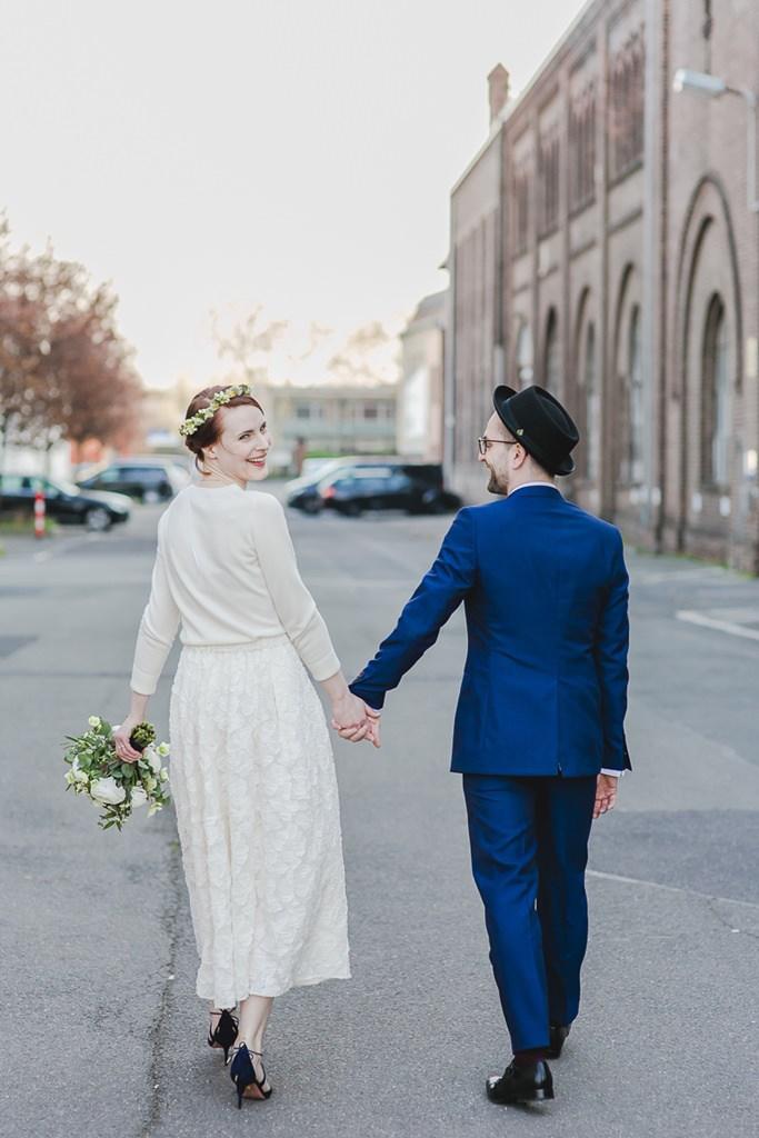 urbanes Paarfoto: Braut und Bräutigam laufen durch ein Industrieviertel | Foto: Hanna Witte Hochzeitsreportagen