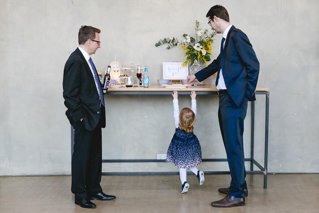 ein kleiner Hochzeitsgast versucht an die Candy Bar zu kommen | Foto: Hanna Witte Hochzeitsreportagen