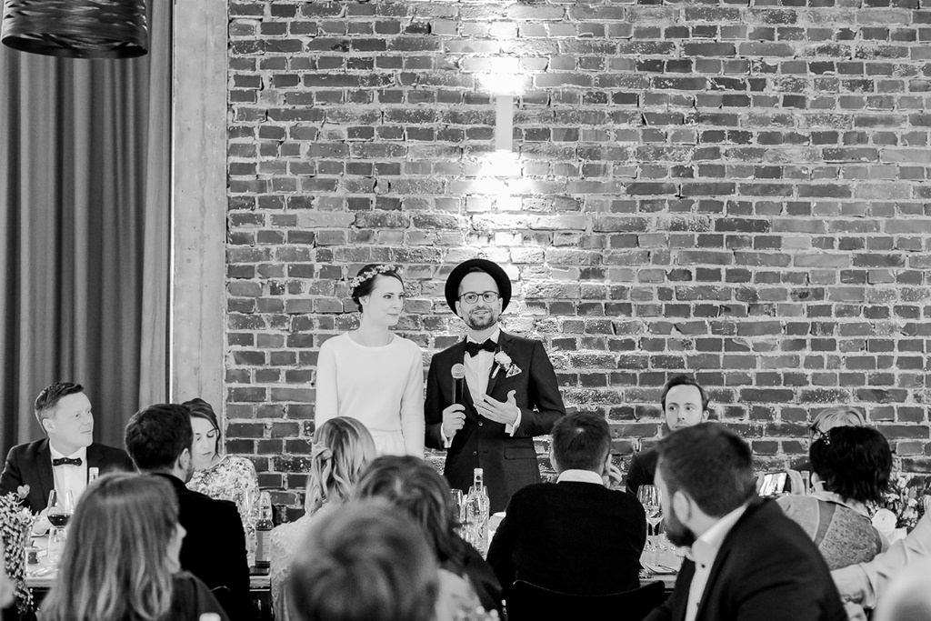 das Brautpaar hält vor dem Hochzeitsessen eine Rede | Foto: Hanna Witte Hochzeitsreportagen