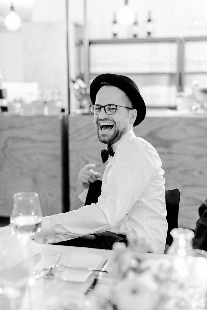 der Bräutigam lacht während der Hochzeitsfeier ausgelassen | Foto: Hanna Witte Hochzeitsreportagen