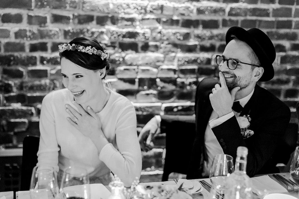 das Brautpaar während der Hochzeitsfeier im DEINspeisesalon in Köln | Foto: Hanna Witte Hochzeitsreportagen