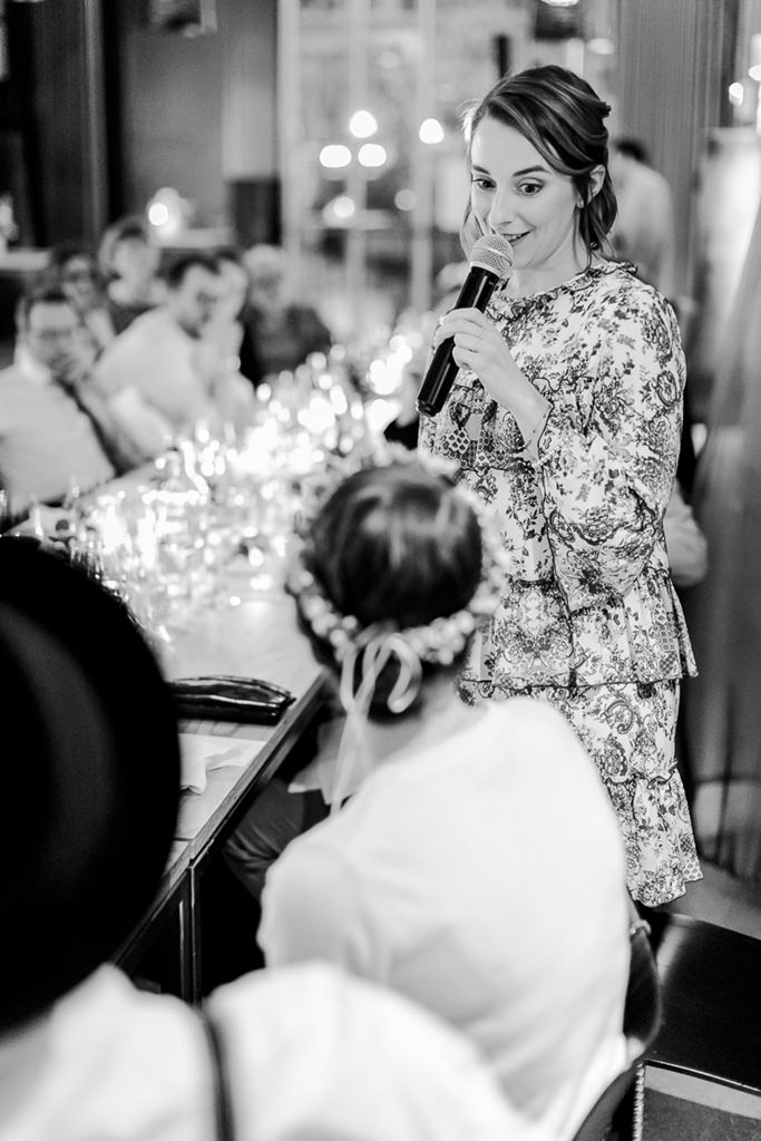 die Trauzeugin der Braut hält bei der Hochzeitsfeier eine Rede | Foto: Hanna Witte Hochzeitsreportagen