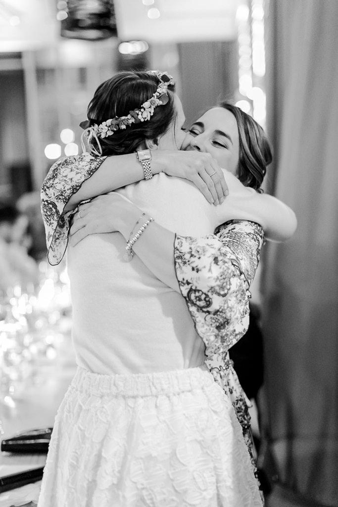 die Braut umarmt bei der Hochzeitsfeier ihre Trauzeugin | Foto: Hanna Witte Hochzeitsreportagen