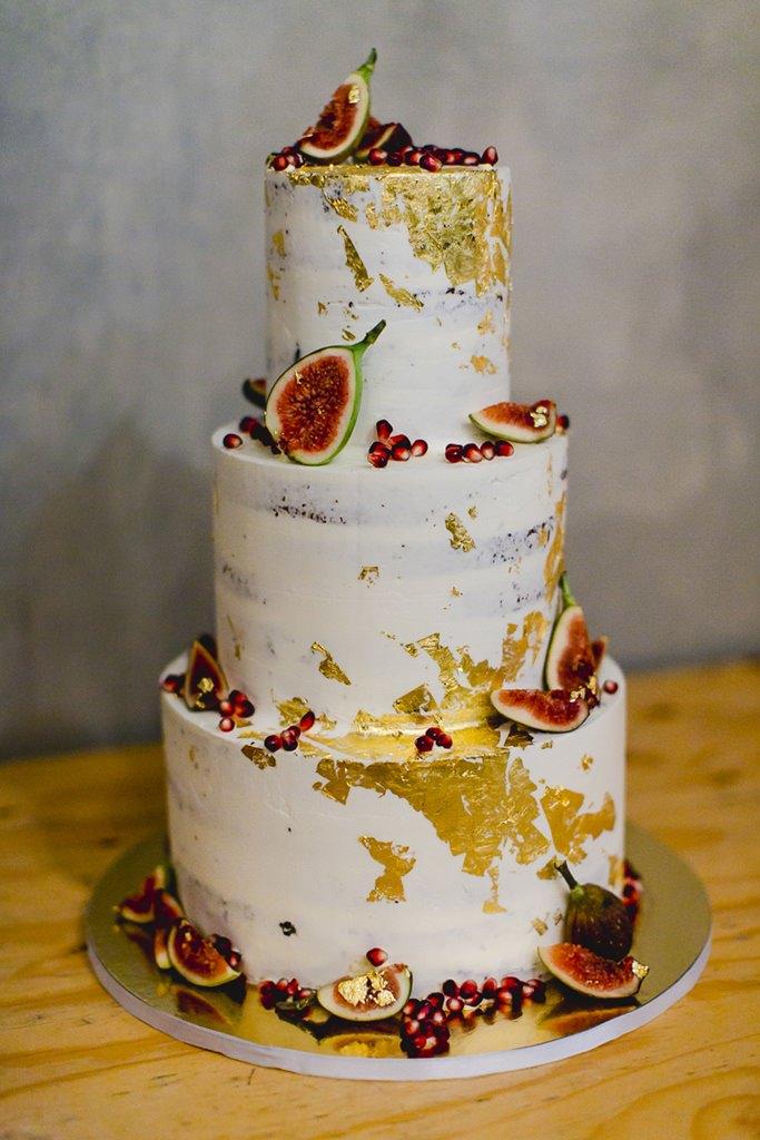 Undone Hochzeitstorte mit Blattgold, Feigen und Granatapfelkernen | Foto: Hanna Witte Hochzeitsreportagen