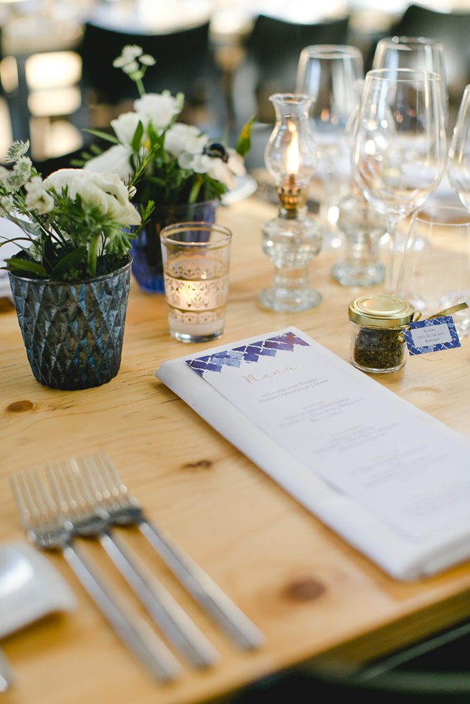 orientalisch-minimalistische Hochzeitstischdeko mit weißen Blumen | Foto: Hanna Witte Hochzeitsreportagen