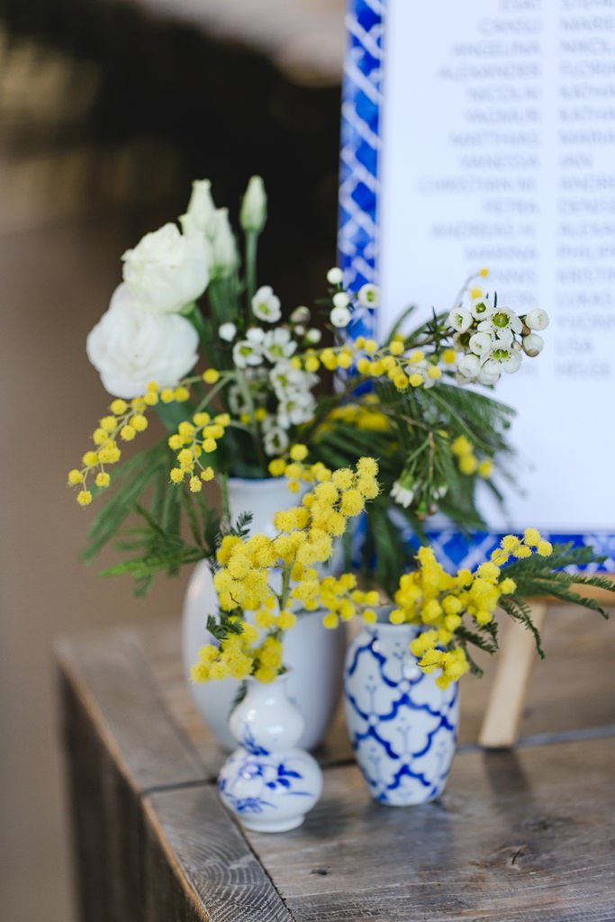 gelbe Mimosen und weiße Rosen in marokkanisch inspirierten Vasen als Hochzeitsdeko | Foto: Hanna Witte Hochzeitsreportagen