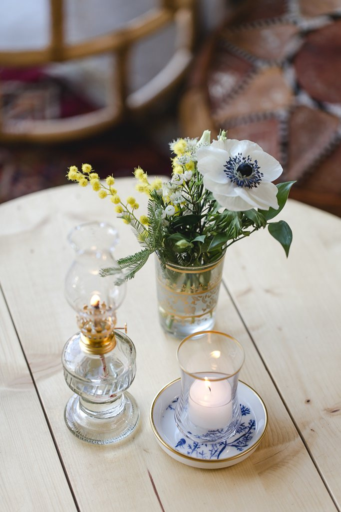Hochzeitsblumendeko mit gelben Mimosen und weißer Anemone | Foto: Hanna Witte Hochzeitsreportagen