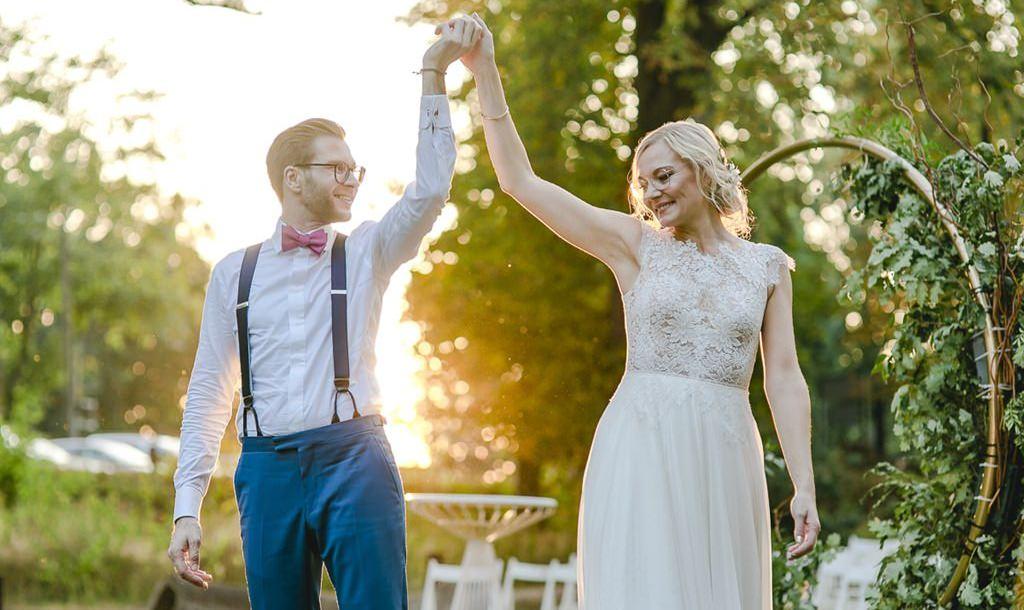 Braut und Bräutigam Hand in Hand bei Sonnenuntergang | Hochzeitsfoto: Hanna Witte