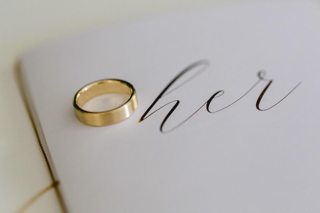 mattgoldener Trauring für die Braut | Hochzeitsfoto: Hanna Witte