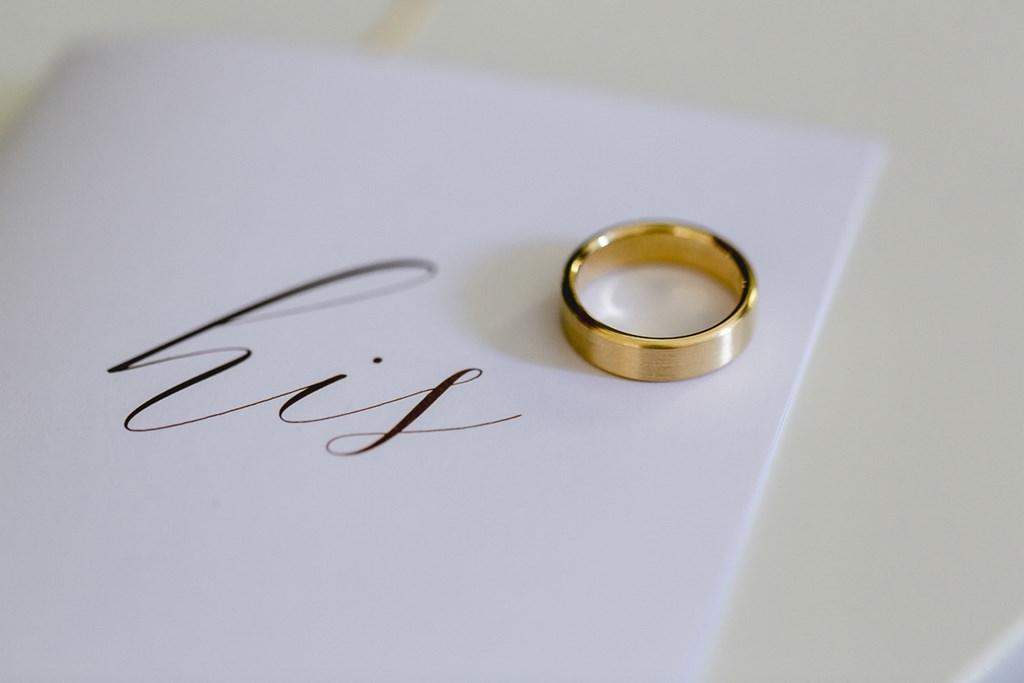 breiter Ehering für den Bräutigam in mattem Gold | Hochzeitsfoto: Hanna Witte