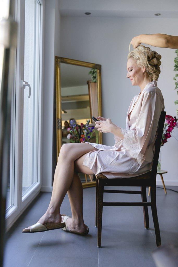 Brautstyling beim Getting Ready | Hochzeitsfoto: Hanna Witte