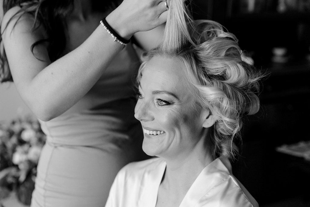 Getting Ready: Die Haare der Braut werden frisiert | Hochzeitsfoto: Hanna Witte