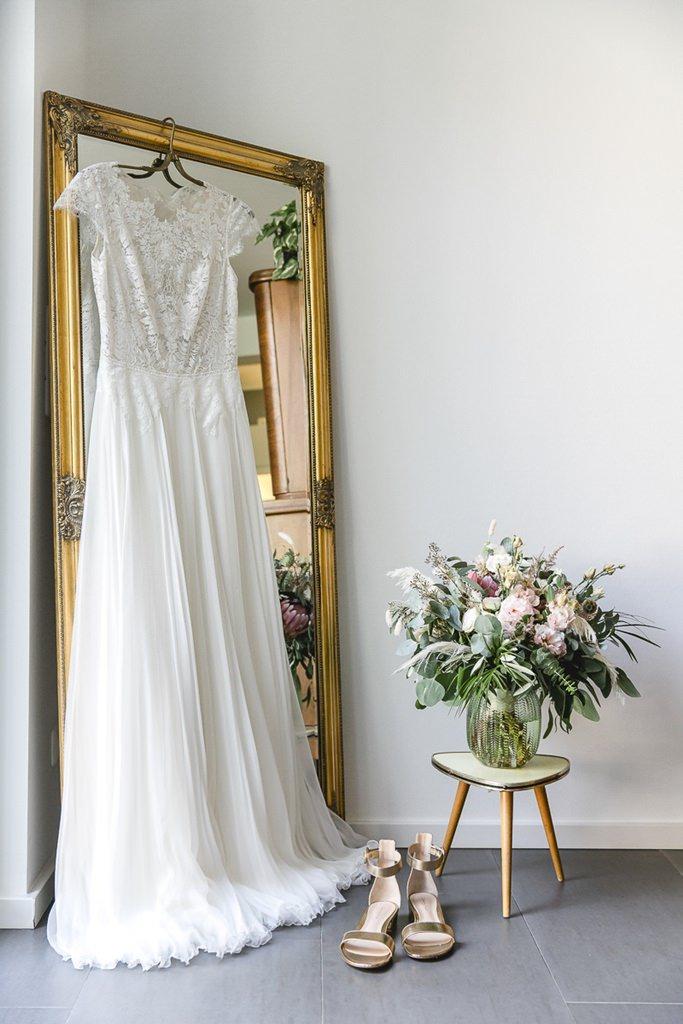 Anna Kara Brautkleid, Brautschuhe und Brautstrauß | Hochzeitsfoto: Hanna Witte