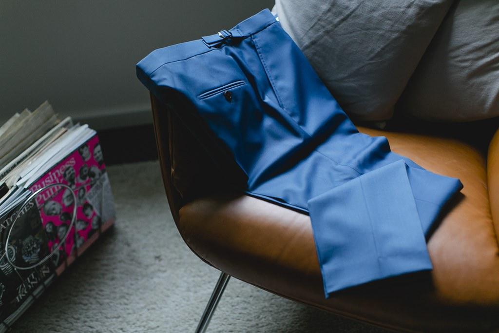 blaue Hose des Bräutigamanzugs | Hochzeitsfoto: Hanna Witte