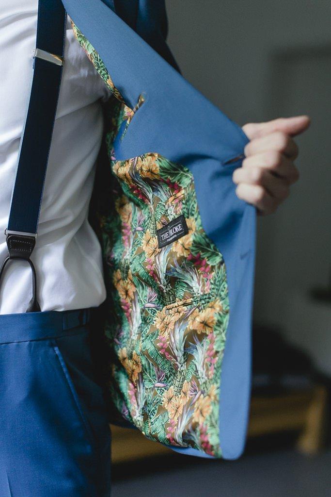 blauer Bräutigamanzug mit tropischem Innenfutter | Hochzeitsfoto: Hanna Witte