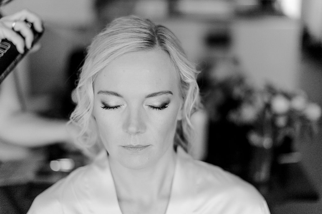Getting Ready: Die Brautfrisur wird gestylt | Hochzeitsfoto: Hanna Witte